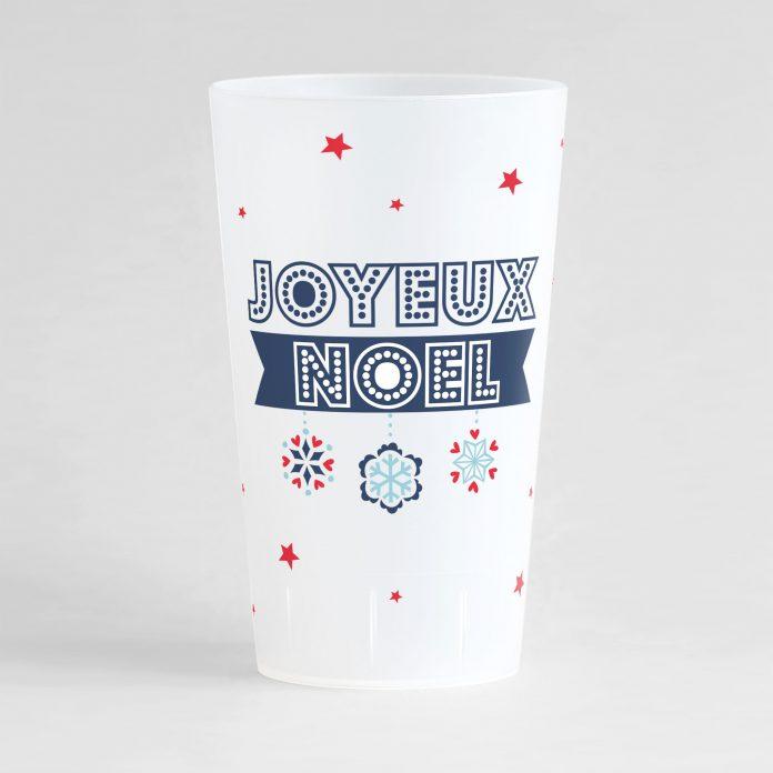 """Un ecocup givré de face orné d'un texte """"joyeux noël"""" écrit dans une police guirlande, des flocons et des petites étoiles."""