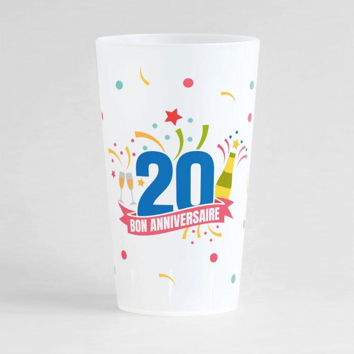 """Un ecocup givré de face pour un anniversaire inoubliable, avec des éléments festifs sur tout le gobelet, une inscription """"20"""" et """"bon anniversaire"""""""