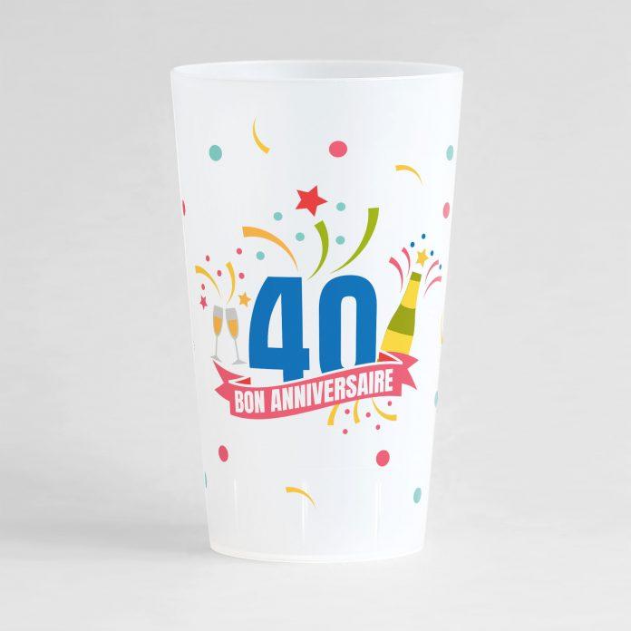 """Un ecocup givré de face pour un anniversaire inoubliable, avec des éléments festifs sur tout le gobelet, une inscription """"40"""" et """"bon anniversaire"""""""