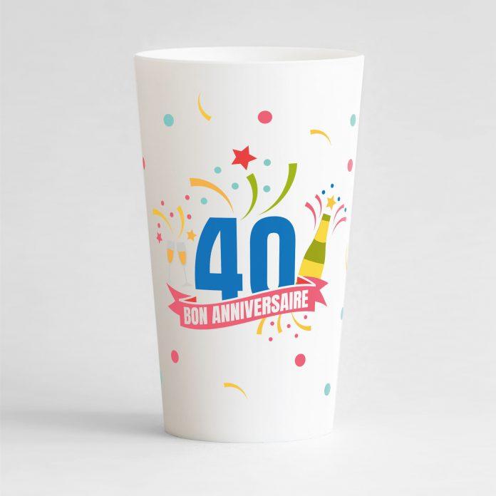 """Un ecocup blanc de face pour un anniversaire inoubliable, avec des éléments festifs sur tout le gobelet, une inscription """"40"""" et """"bon anniversaire"""""""