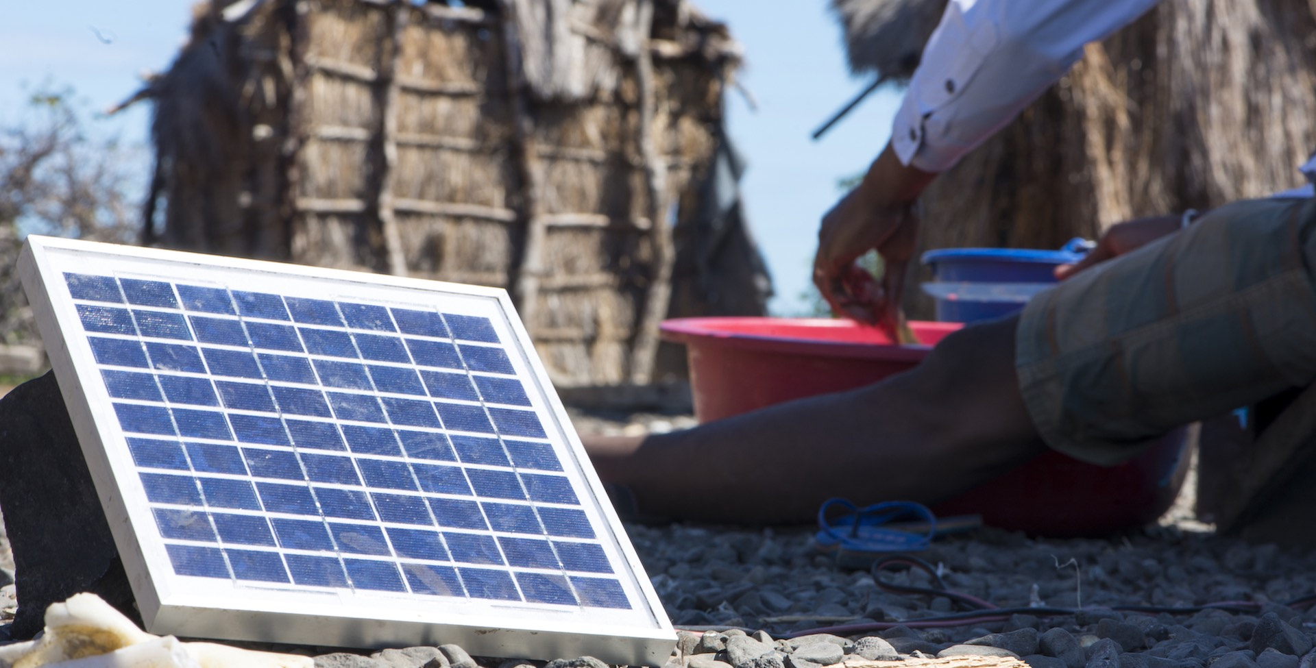 Solarmodul in afrikanischem Dorf