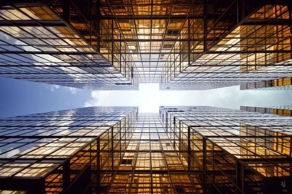 De renversants clichés de gratte-ciels hongkongais en contre-plongée