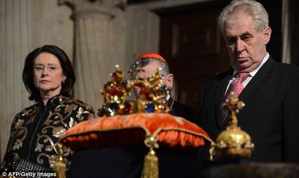 La vidéo du président tchèque Miloš Zeman ivre lors d'une expostion à la Cathédrale de Prague
