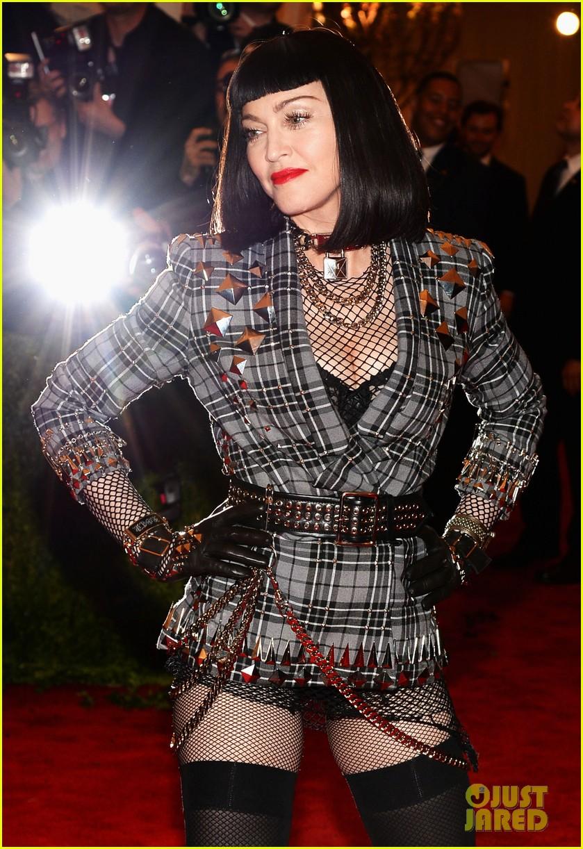 madonna-short-black-bob-hairdo-on-met-ball-2013-red-carpet-02