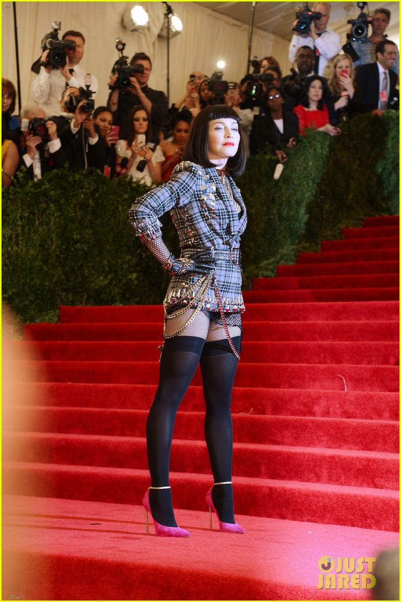 madonna-short-black-bob-hairdo-on-met-ball-2013-red-carpet-03