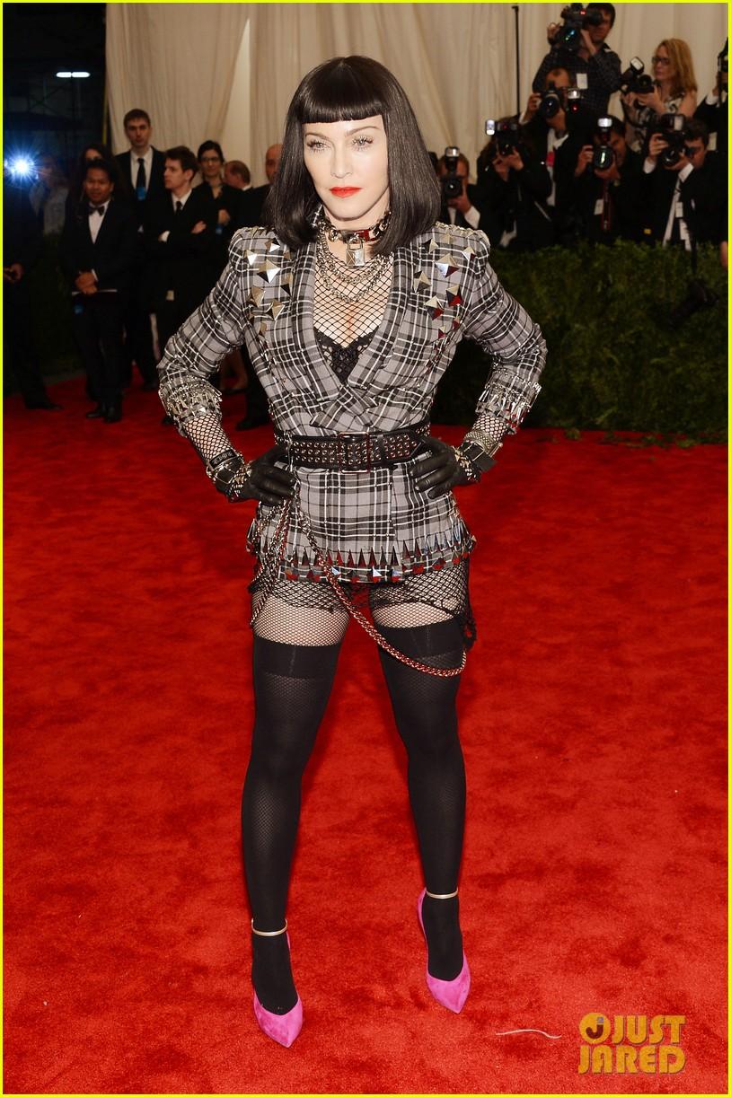madonna-short-black-bob-hairdo-on-met-ball-2013-red-carpet-05