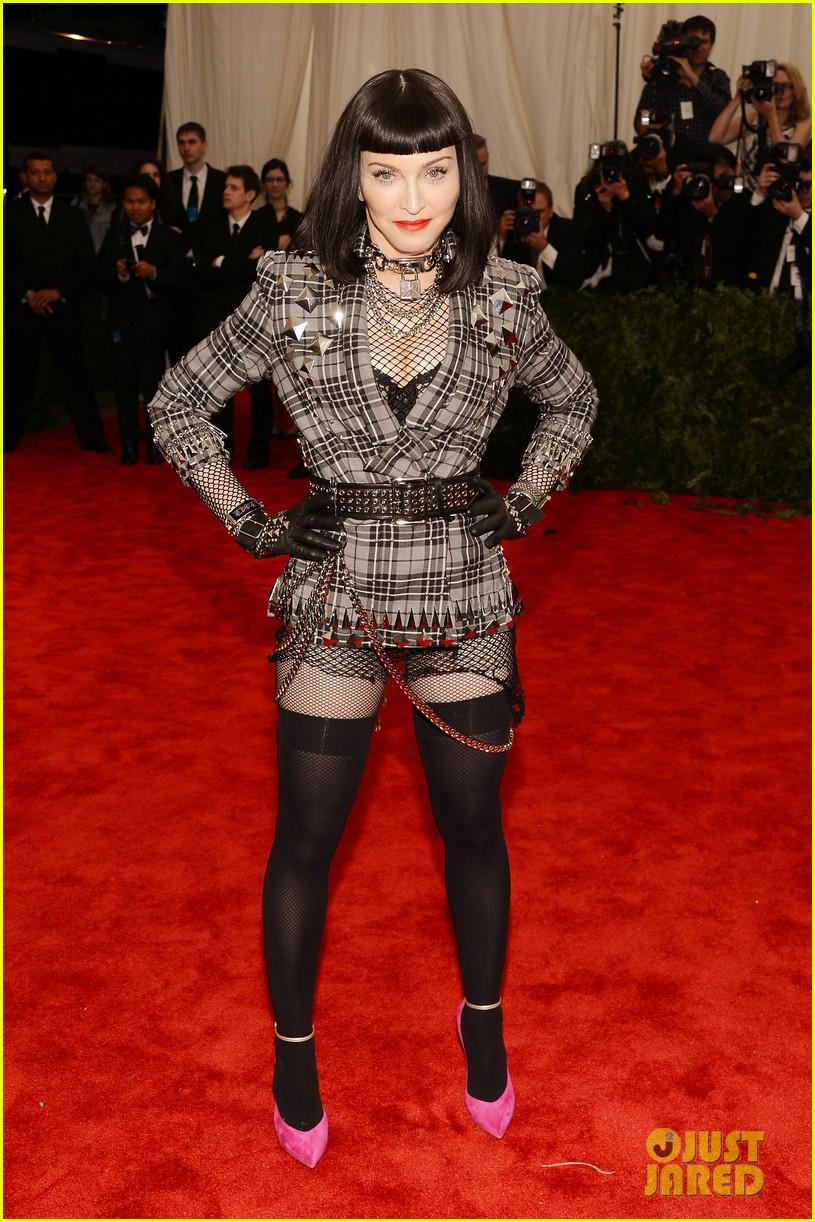 madonna-short-black-bob-hairdo-on-met-ball-2013-red-carpet-09