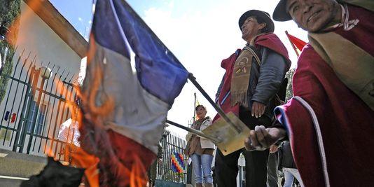 3441409_3_a8c7_des-manifestants-brulent-un-drapeau-tricolore_ffa5edf5f0931b3020aabf4f9df3724f