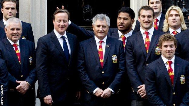 Rugby-Manu-Tuilagi-fait-des-oreilles-de-lapin-à-David-Cameron-et-sexcuse