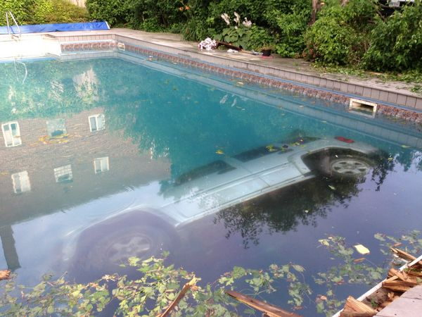 jeep-voiture-accident-pool-party04