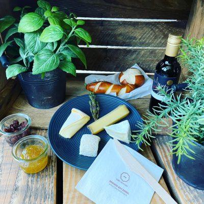Die FLOW Culinarybox packen wir ganz nach Euren Wünschen…. wie wäre es mit einer französischen Käseauswahl und einem guten Rotwein dazu ?
