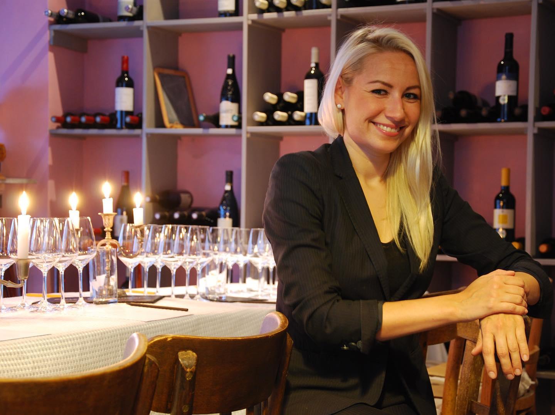"""Dürfen wir vorstellen: Mia Wittstock (@miakmecova) die zukünftige Leiterin des FLOWDELI. Mia ist seit Beginn an Teil der FLOW-Familie – als Mit-Gründerin liegt ihr ursprünglicher Fokus auf Wein und der sonstigen Getränkeauswahl bei den FLOW-Großveranstaltungen und FLOW-Business-Event-Caterings (mehr zu unseren Events bei @flow_taste). Denn Mia ist gelernte Sommelière. Zunächst entdeckte sie im Restaurant Schwarzer Adler, einem der ältesten Michelin-Restaurants Deutschlands, ihre Begeisterung für Wein, und baute in Koblenz ihr Wissen dann weiter aus, indem sie sich zur IHK geprüften Sommelière ausbilden ließ. In Frankfurt arbeitete sie für die First Class Lounge der @lufthansa sowie als Serviceleiterin des @pwc_de Vorstandes. Auch über die Grenzen Deutschlands hinweg – in keiner geringeren Stadt als London im Restaurant @etrangerlondon nämlich! – wurde Mia mehrfach ausgezeichnet: mit der besten Weinkarte Englands und dem Prix du Montrachet. Wir freuen uns ganz besonders, dass Mia ihre Leidenschaft und ihr Wissen für / über Wein in die FLOW-Familie einbringt. Im @flowdeli_germany wird sie sich um das Wohl der Gäste kümmern, die Küche auf eine konstante Leistung hin überprüfen und auch sonst unsere """"Qualitätskontrolleurin"""" in Sachen Räumlichkeiten, Gästezufriedenheit, Speisen und Getränke sein. Wir freuen uns, dass du an Bord bist, Mia! #FLOWDELI #FLOWDELIFFM #Neueröffnung #Oktober2020"""