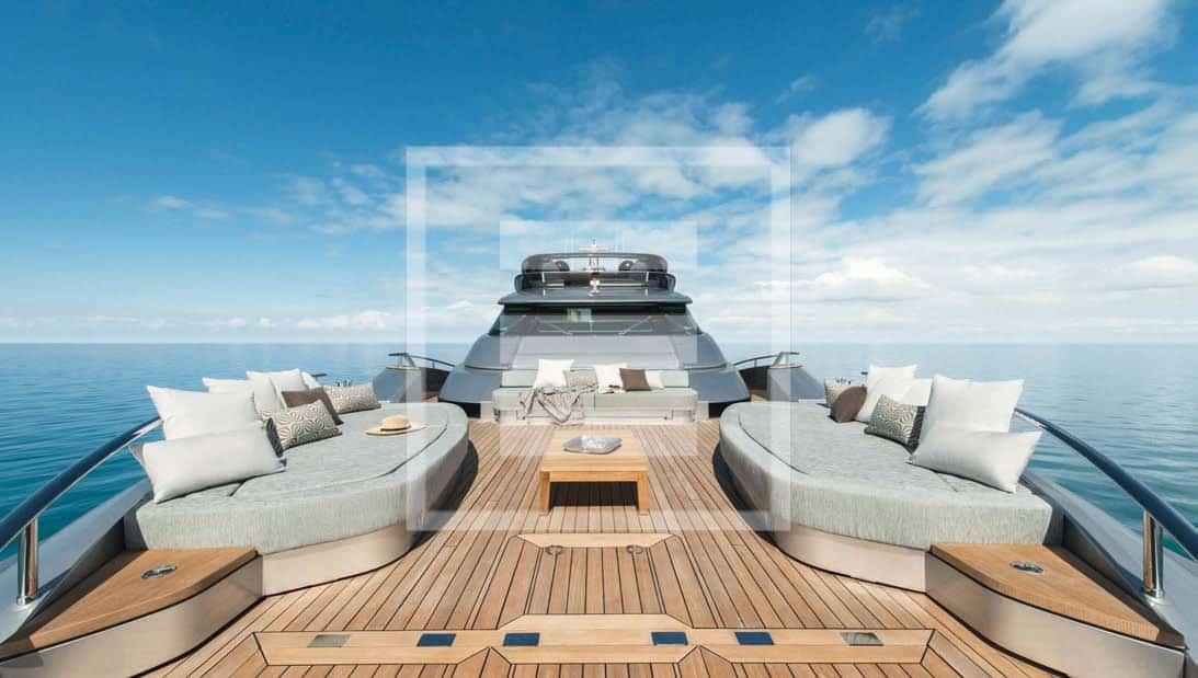Monte Carlo Yachts MCY 105: i grandi spazi del flybridge visti da poppa e da prua