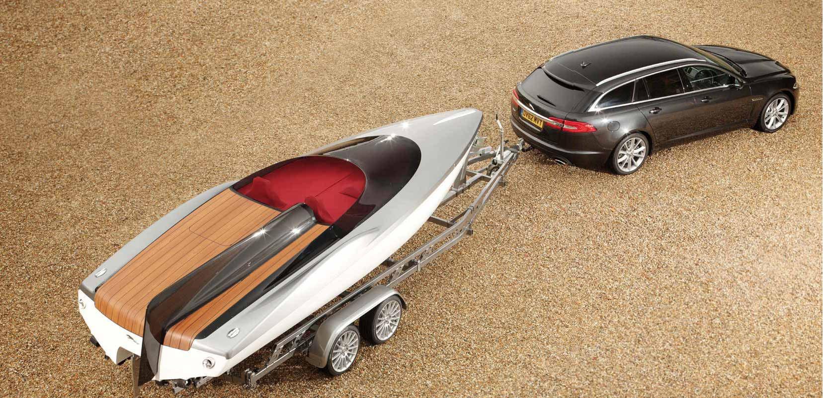 La Jaguar XF Sportbrake e il motoscafo disegnato da Ian Callum in occasione del lancio del nuovo modello della Casa inglese