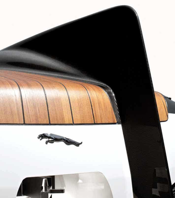 """La """"pinna"""" del motoscafo ricorda quella della Jaguar E2A che corse negli Anni '60"""