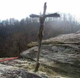 Una croce sulla Rocca Davì: il percorso per raggiungerla