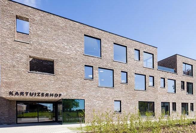 Hoofdingang van het WZC Kartuizerhof te Lierde