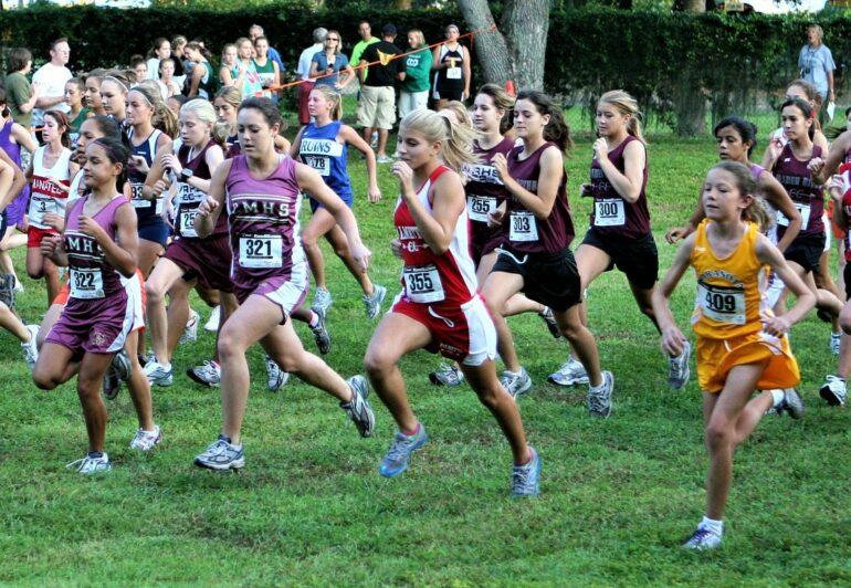 deelnemertjes aan loopwedstrijd van de sportdienst