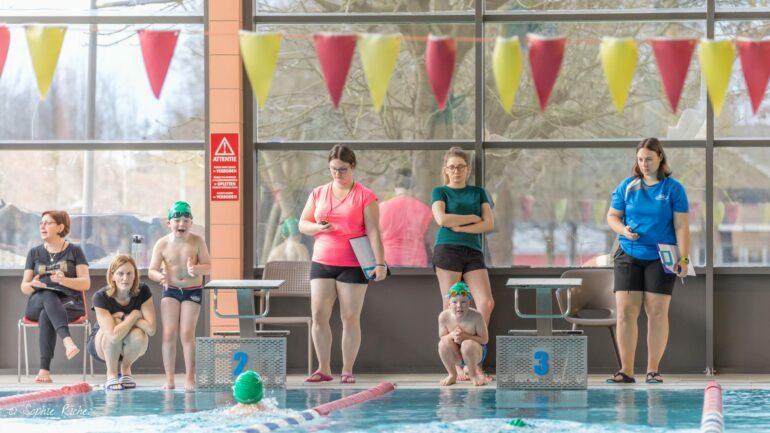 ©Sophie Richez - De interscholenzwemwedstrijd in zwembad De Kleine Dender in Ninove