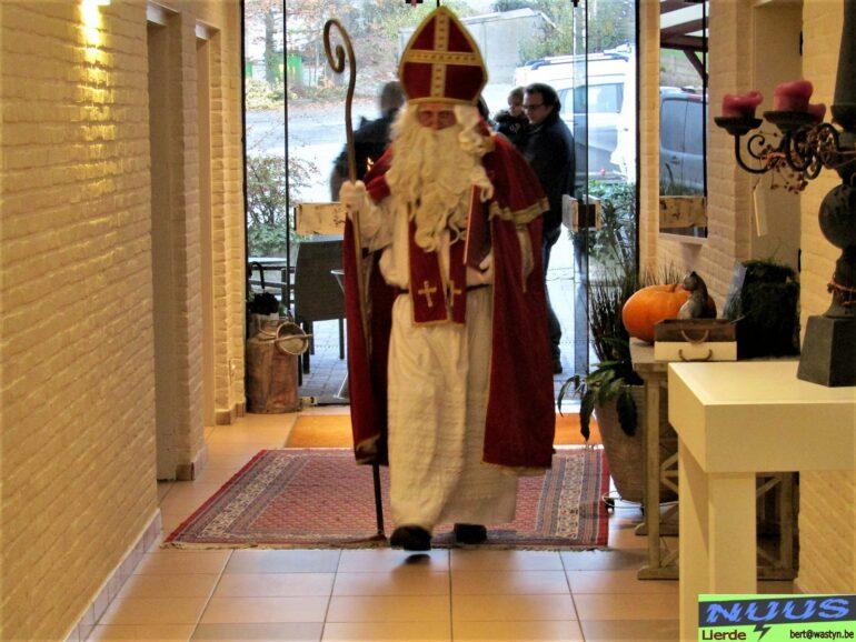 Aankomst Sinterklaas in De Kat op feest FCH.