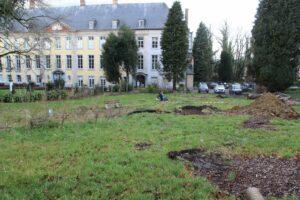 Links stond de abdijkerk en rechts de bibliotheek die aansloot op het Abtenhuis.