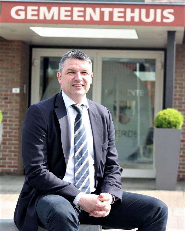 Burgemeester Soetens voor het gemeentehuis