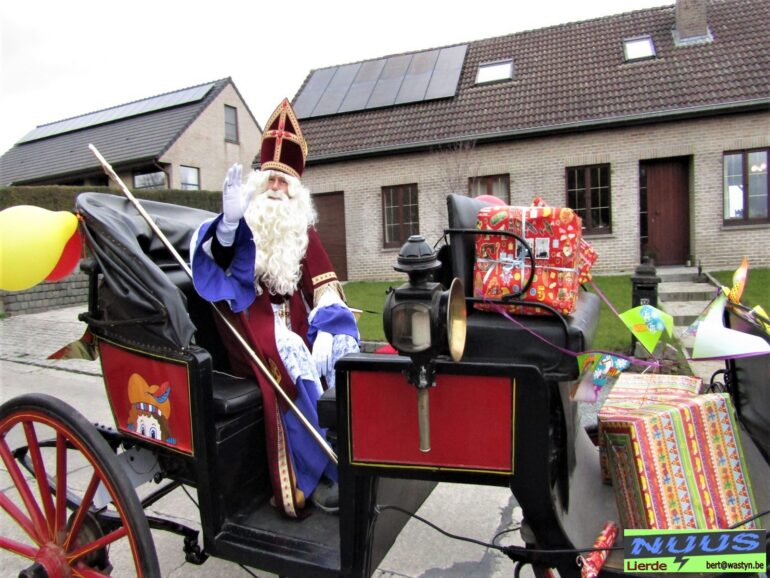 De Sint in zijn koets te Lierde.