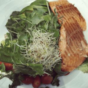 Un almuerzo ideal para tu dieta cetogénica que te permitirá bajar de peso puede ser una rica ensalada con un trozo de pescado.