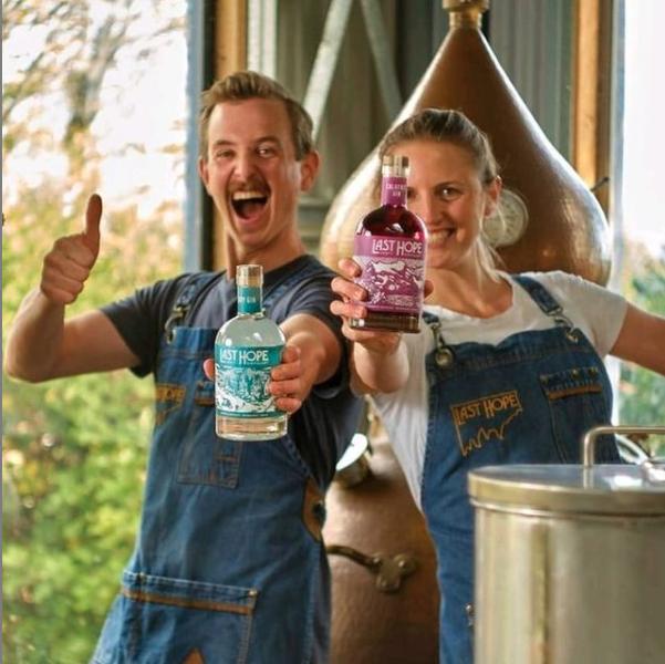 Kiera Shiels y Matt Obergson creadores de gin last hope destillery