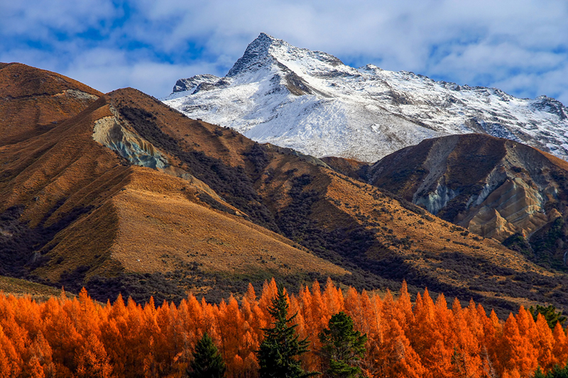 Beautiful mountain scenery on road to Mt Cook in New Zealand