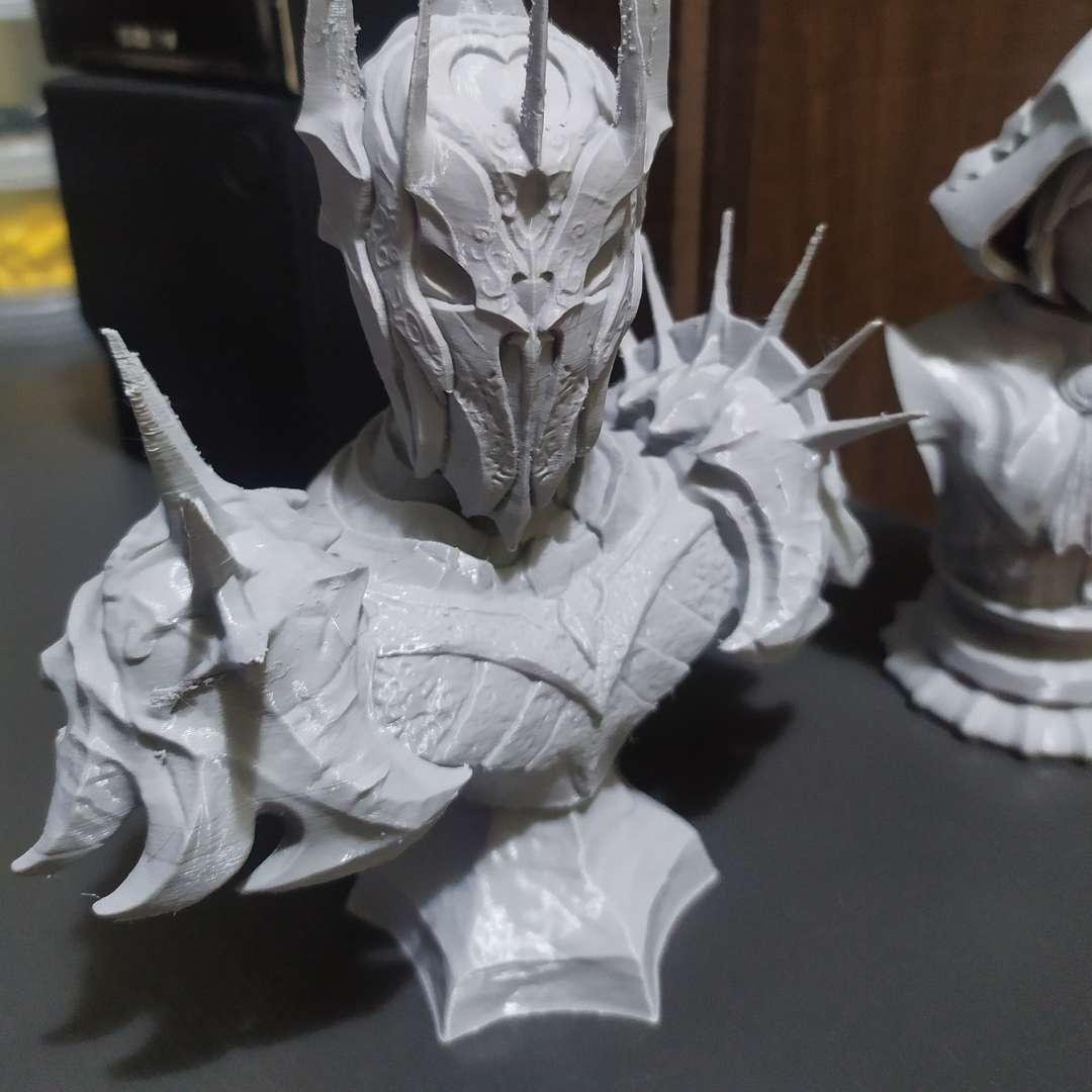 Sauron - Busto - This bust it is one of my first 3D models! But now finally on sale! The bust have 3 pieces, functional plugs and 15cm of height (but you can easily resize him if you want it). - Los mejores archivos para impresión 3D del mundo. Modelos Stl divididos en partes para facilitar la impresión 3D. Todo tipo de personajes, decoración, cosplay, prótesis, piezas. Calidad en impresión 3D. Modelos 3D asequibles. Bajo costo. Compras colectivas de archivos 3D.