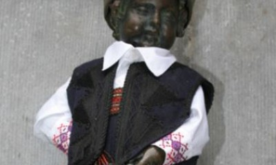 Manneken-Pis enfile son costume traditionnel serbe !