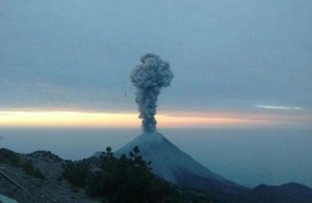 Volcán de Colima emite exhalación de dos mil metros de altura