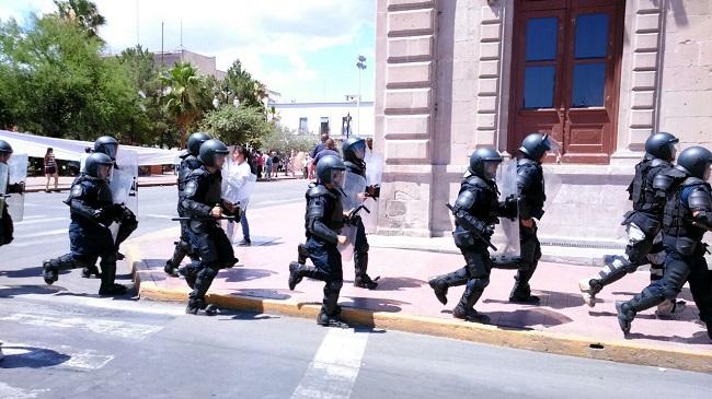 Arriban antimotines a calmar la manifestación en Palacio de Gobierno