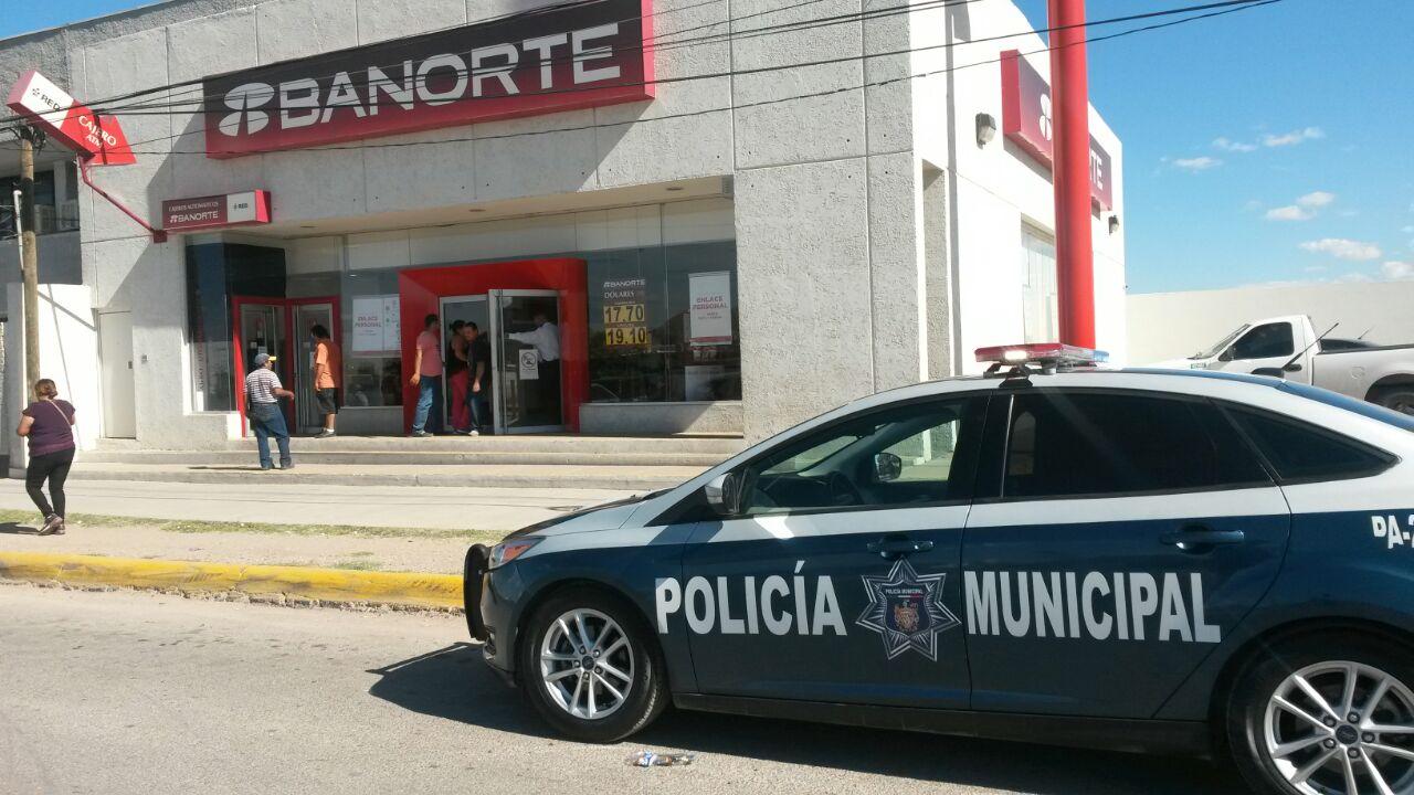 Le quitan 100 mil pesos a mujer; denuncia pitazo del banco