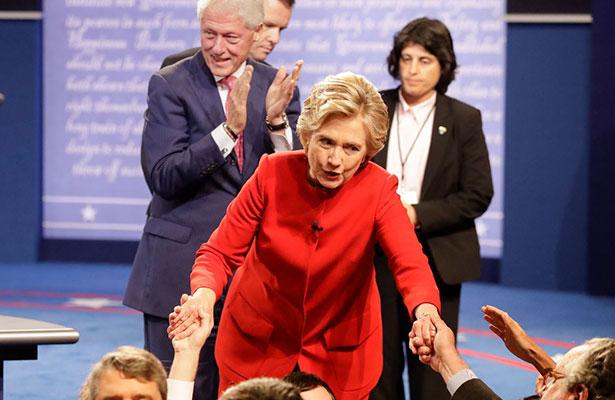 """""""Alguien que se queja del micrófono no ha tenido una buena noche"""", dijo Clinton. Foto: AP"""