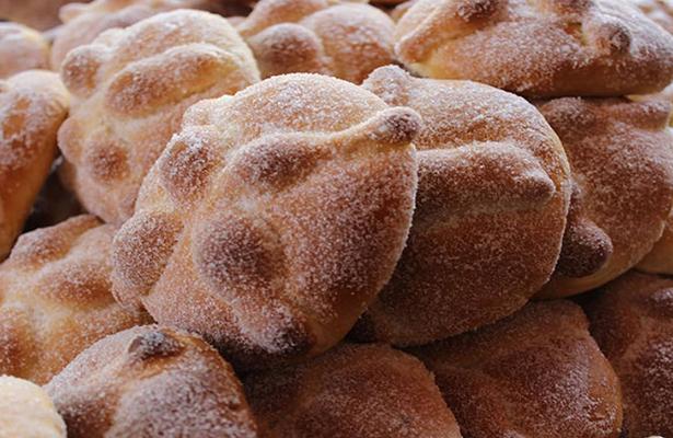[Video] El tradicional pan de muerto llega gratis a megaofrenda del Zócalo