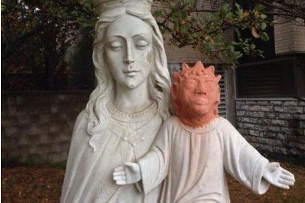 Mujer restaura escultura del Niño Jesús y lo deja como Maggie Simpson