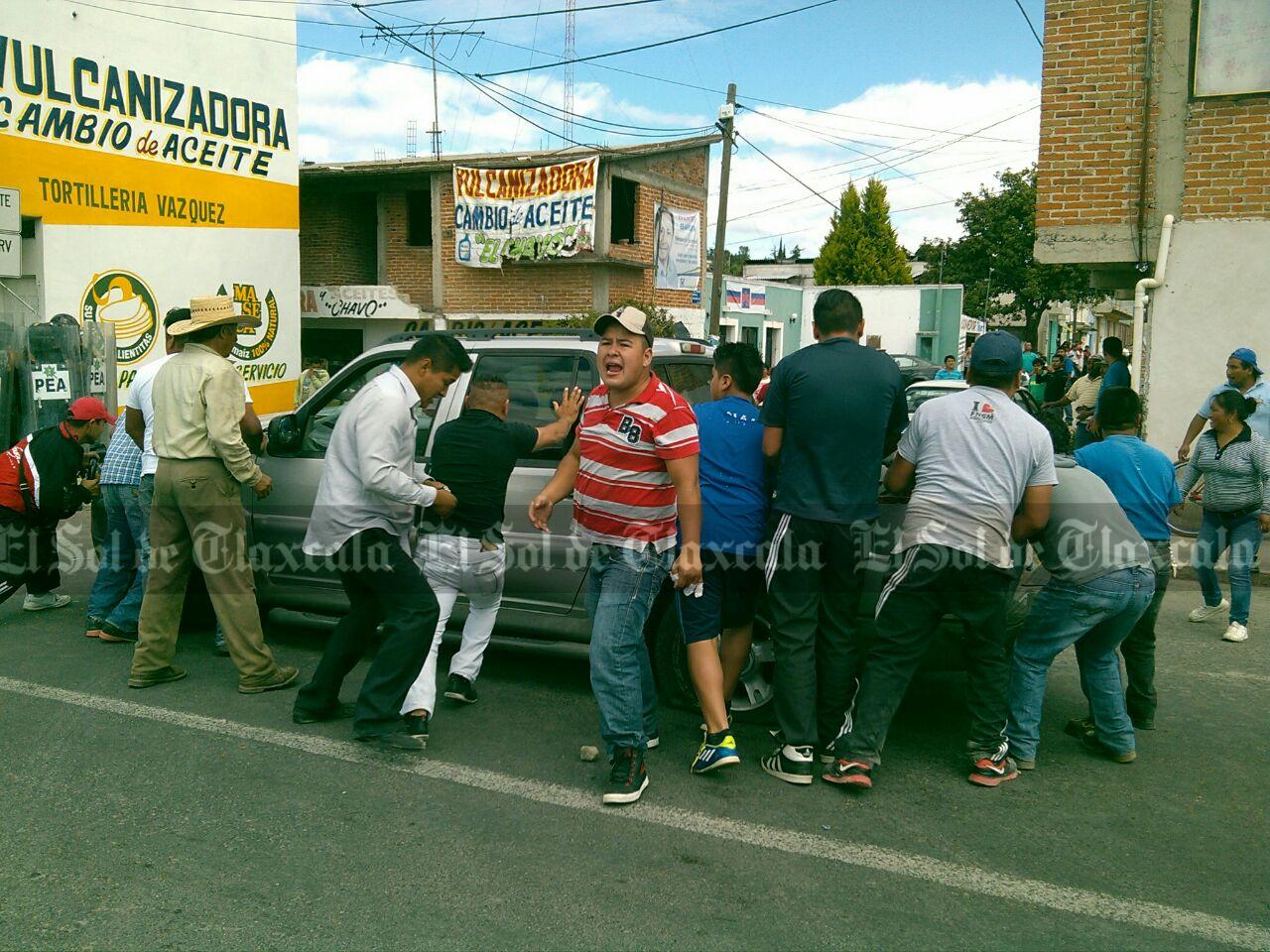 Se registra confrontación entre granaderos y vecinos de Acuitlapilco