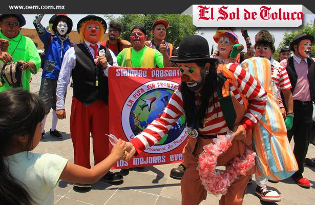 Payasos se manifiestan afuera del palacio municipio de Tepotzotlán
