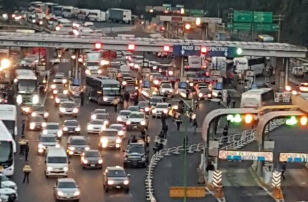 Cerrada la carretera México-Toluca por bloqueos de manifestantes