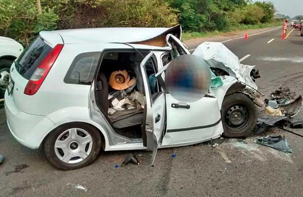 Brutal choque de auto y tráiler
