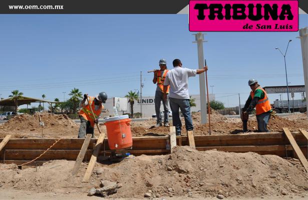 Continúan trabajos en construcción suspendida de gasolinera