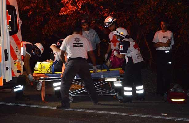 Muere una mujer migrante y 15 más resultan heridos al volcar camioneta