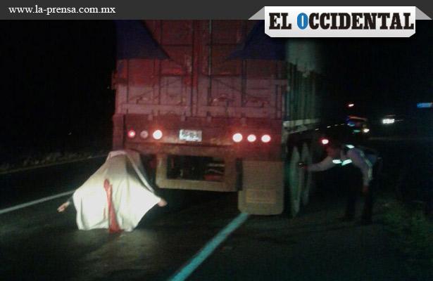 Motociclista se incrusta en camión y muere