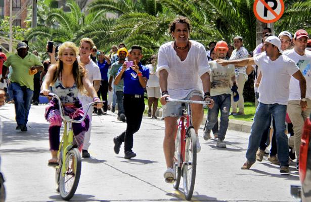 """Shakira y Carlos Vives lanzan  """"La Bicicleta"""""""