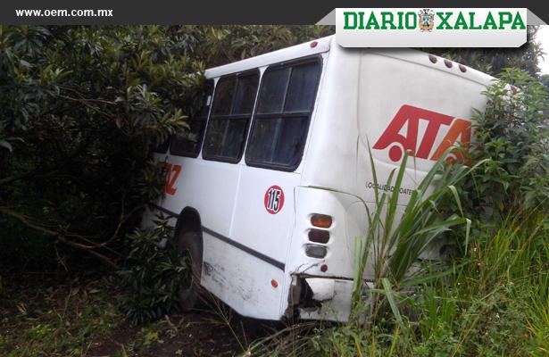 Choque entre auto y autobús deja 12 lesionados