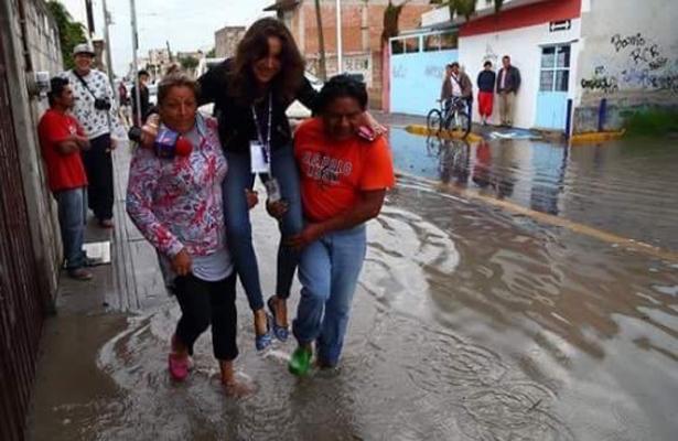 #LadyReportera no quería mojarse en las inundaciones