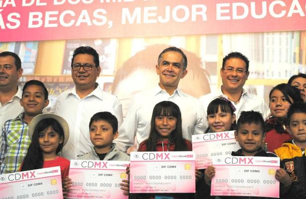 Miguel Mancera entrega 2 mil tarjetas de becas