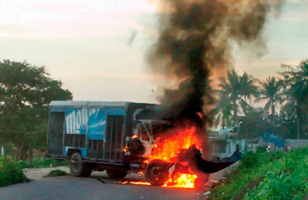 Con quema de camioneta bloquean a federales en Oaxaca